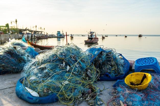 Рыболовные сети для рыбаков на берегу
