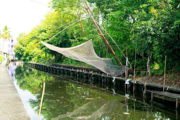 Рыболовные сети, висящие на небольшом канале