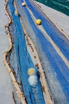 Рыболовные сети на полу