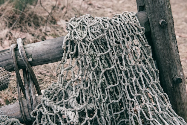 古いネットワークを釣り、ナイロンロープで織られた漁師の人々の漁網の質感。