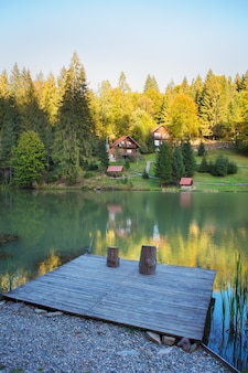 Рыбалка на озере в красивом осеннем лесу.