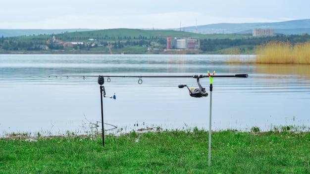 湖でバイトを待っている釣り竿