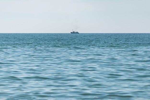 바다에서 낚시 배