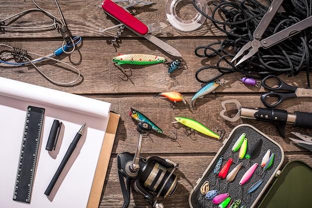 釣り道具-釣り糸、釣り糸、フック、木製の背景にルアー。上面図。コピースペース。静物