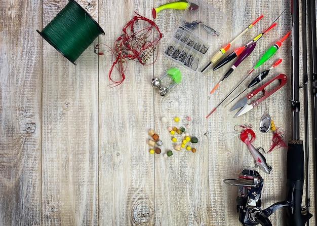 낚시 도구. 플로트, 비틀, 미끼 후크, 나무 배경. 선택적 초점