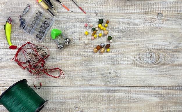 釣り道具。木製の背景にフロート、ウォブラー、ベイトフック。セレクティブフォーカス
