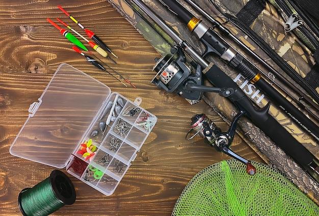낚시 도구. 나무 표면에 플로트, 비틀, 미끼 후크. 선택적 초점 프리미엄 사진