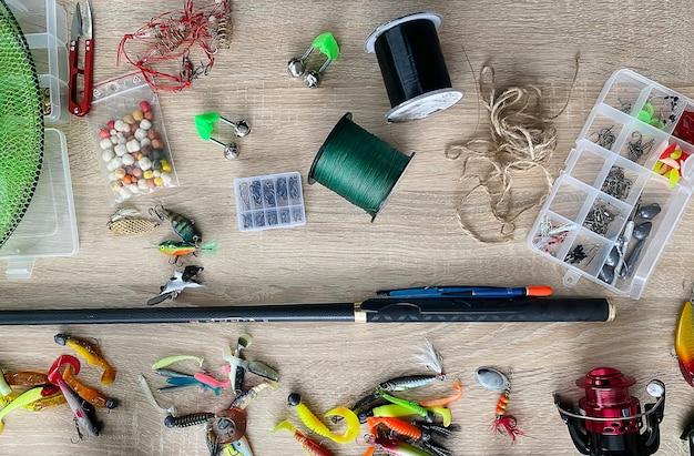 낚시 도구. 나무 표면에 플로트, 비틀, 미끼 후크. 선택적 초점