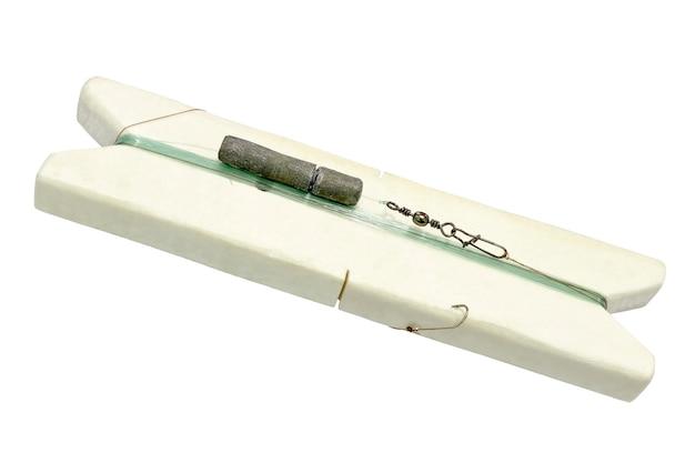 흰색 배경에 고립 된 코일 거품 주위에 감겨 바닥 낚시를위한 낚시 도구