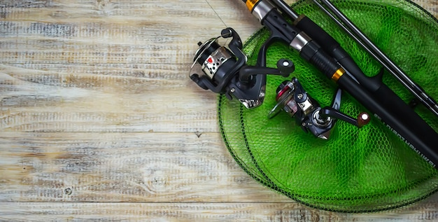 Рыболовные снасти, множество красочных приманок с удочкой на деревянной пристани. выборочный фокус