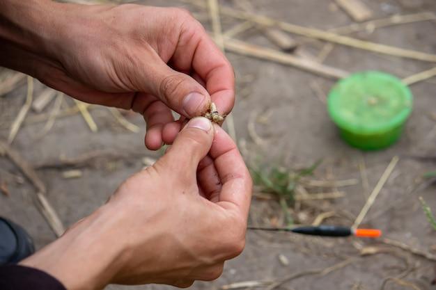 산 배경과 선택적 초점, 자연과 함께 나무 플로트에 낚시 도구