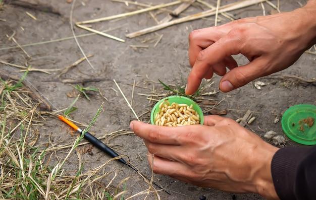 산 배경과 선택적 초점이 있는 나무 플로트에 낚시 도구