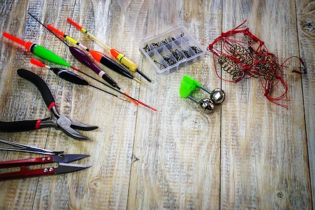 낚시꾼을위한 낚시 태클-나무 배경에 수영, 낙하 및 도구. 선택적 초점
