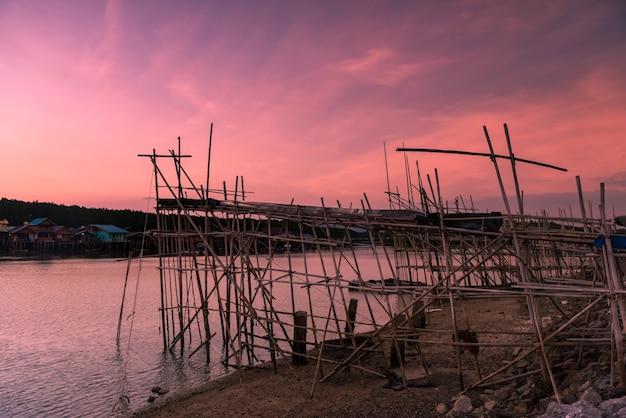 Рыболовный инструмент под названием ёкёр с сумеречным небом в сумерках в рыбацкой деревне банг пат, пханг нга