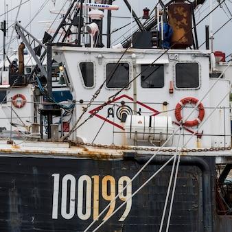 Рыболовный траулер, пришвартованный в гавани, луненбург, новая шотландия, канада