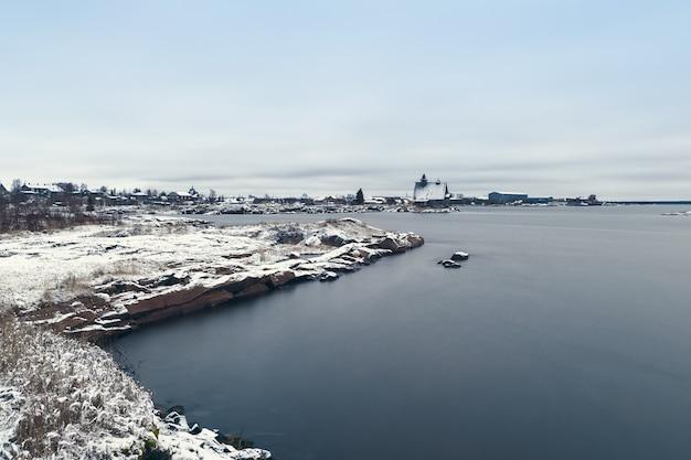 썰물 동안 백해의 해안에 어촌 마을 rabocheostrovsk. 장시간 노출.