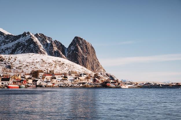 Lofoten 섬, 노르웨이에서 겨울에 해안선에 산이있는 어촌 마을