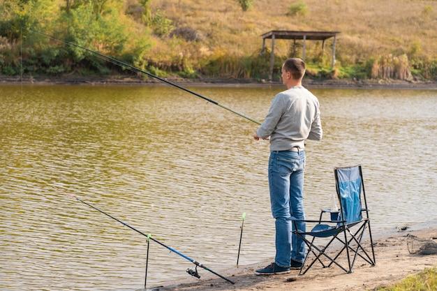 リラックスして湖fishingで釣り人