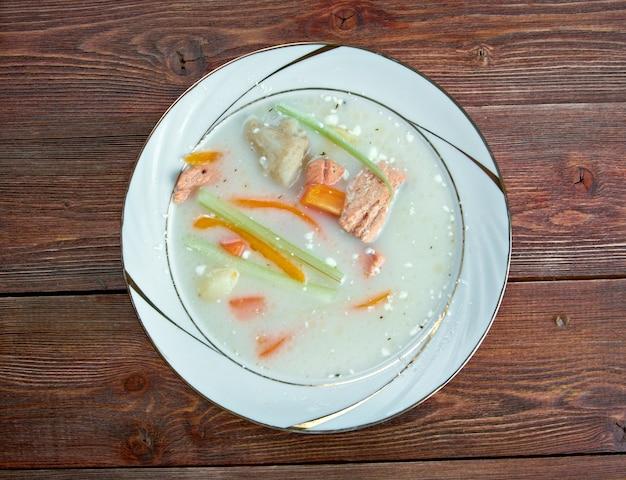 魚のスープ-ノルウェーのタラとサーモンのチャウダー