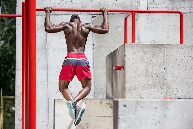 スタジアムでエクササイズをしているアスリートにぴったり。都市で屋外のアフロまたはアフリカ系アメリカ人の男