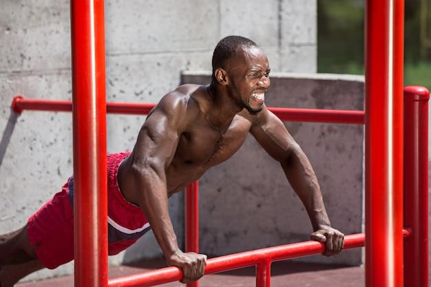경기장에서 운동을하는 선수에 적합합니다. 아프리카 또는 아프리카 계 미국인 남자 야외시