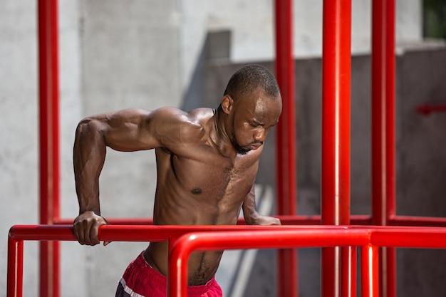 L'atleta in forma facendo esercizi allo stadio