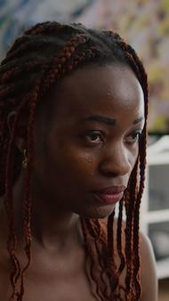 目を閉じてヨガマップに蓮華座に座っている黒人女性にフィット