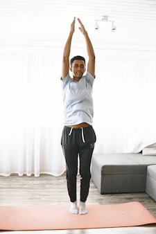 体も心も健康に。強くなるために朝の運動をしている若い男。 無料写真