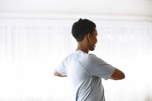 体も心も健康に。強くなるために朝の運動をしている若い男。