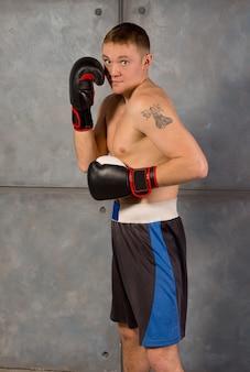 トレーニングでワークアウトするフィット ボクサー