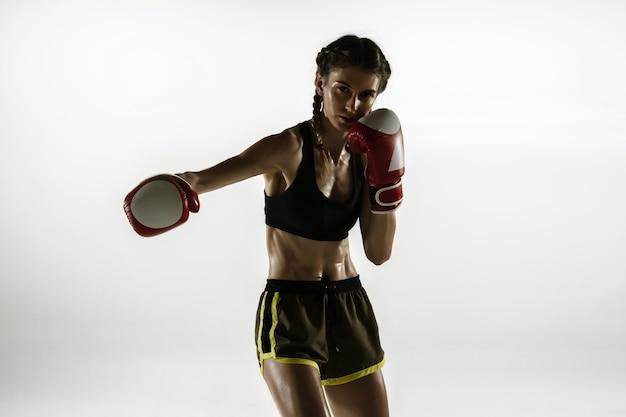 흰색 배경에 고립 된 스포츠 복싱에 맞는 백인 여자.