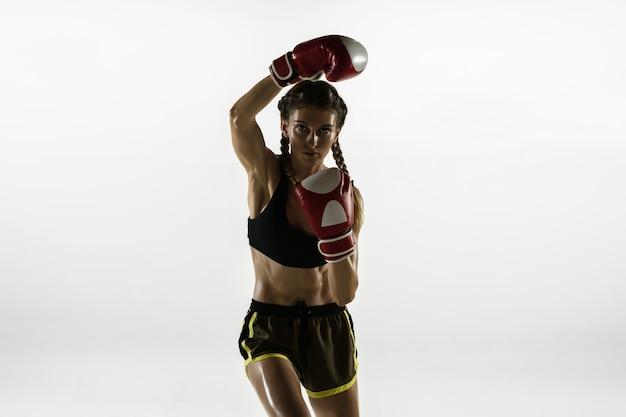 Montare la donna caucasica nella boxe di abbigliamento sportivo isolato su sfondo bianco.