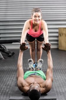 Fit пара делает упражнения в тренажерном зале crossfit