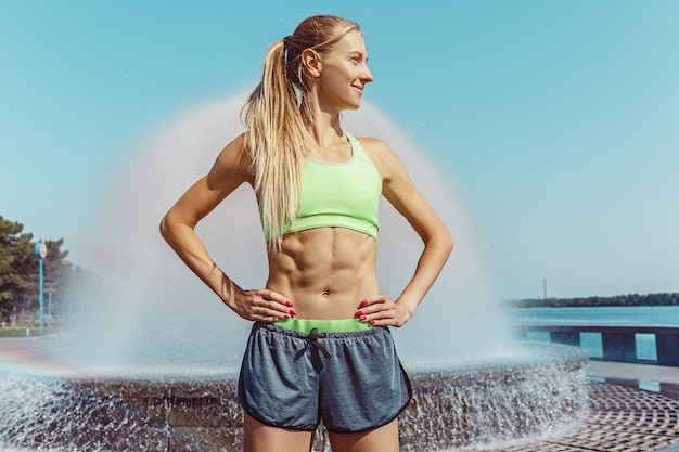 Fit фитнес женщина позирует в городе