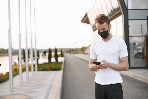 屋外でジョギングしている男性に合う
