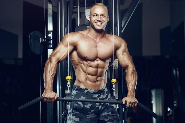 체육관에서 맞는 남자 훈련 복근 근육. 복부 운동을 펌핑합니다.