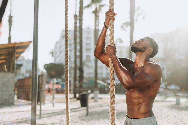 Подходит человек, работающий с веревками