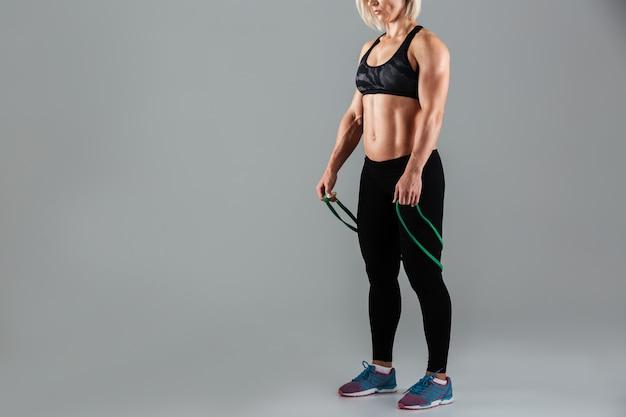 筋肉質の大人のスポーツウーマンに合う
