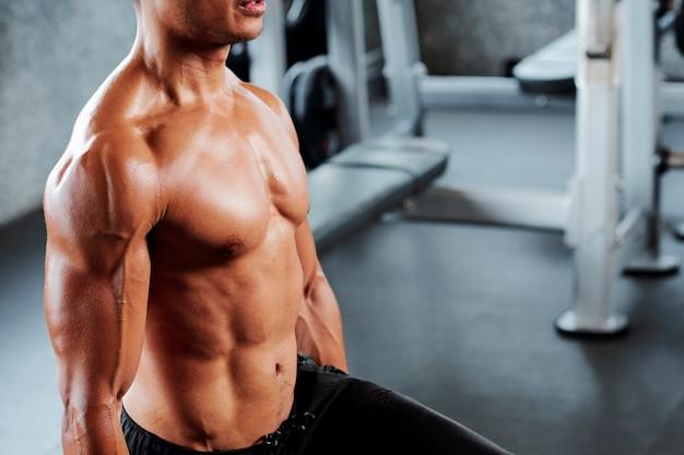 スポーツマンの筋肉体にフィット