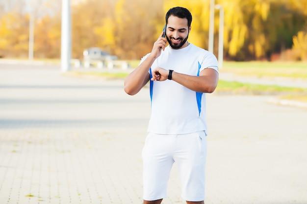 筋肉の男を実行し、外で運動を合わせて