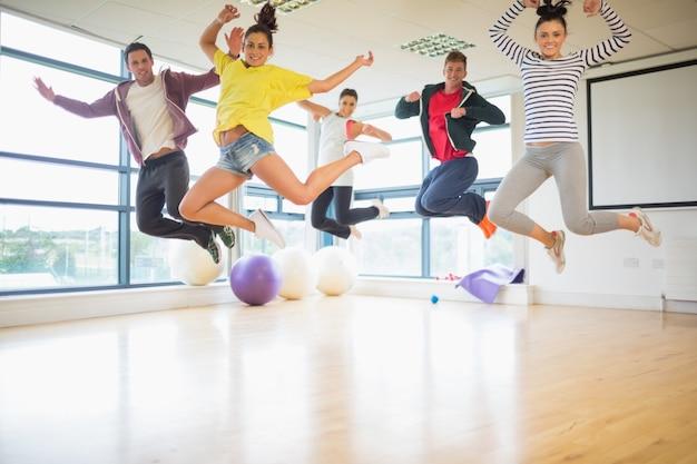 운동 실에서 점프하는 사람들을 적합 프리미엄 사진