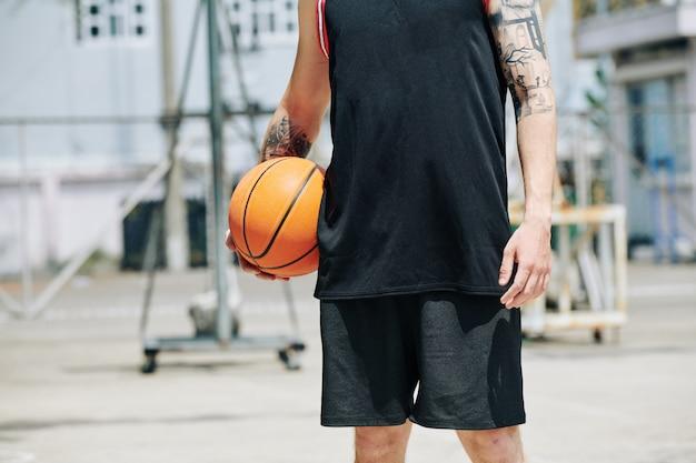 Подходящий высокий баскетбольный мяч