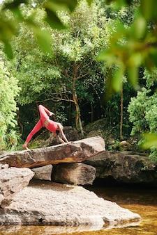 Подходит женщина делает позы йоги