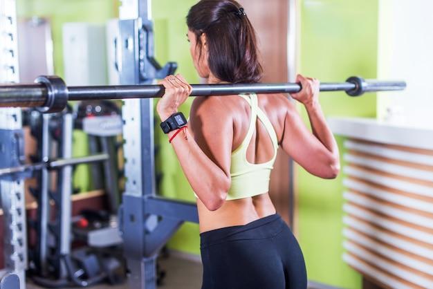 肩にバーベルを行使する女性に合います。