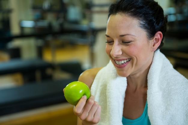 녹색 사과 들고 맞는 여자