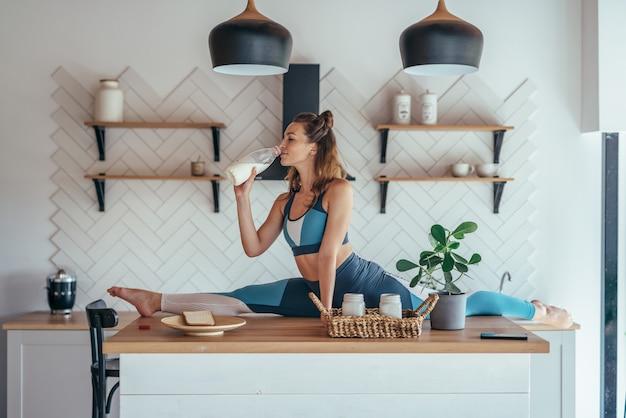 朝食をとっている台所のテーブルの上に分割位置に女性を合わせます。
