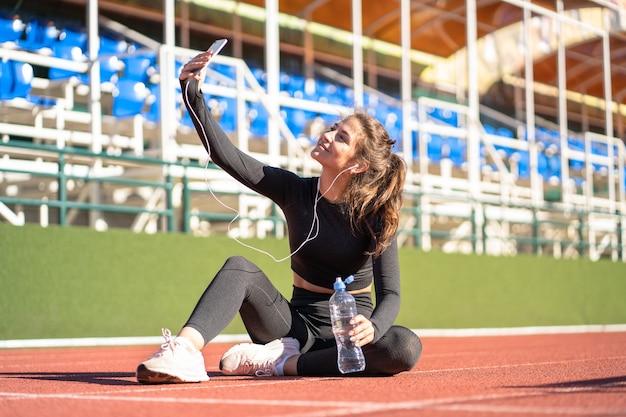 운동 또는 실행 후 휴식 스포츠웨어에 맞는 여자