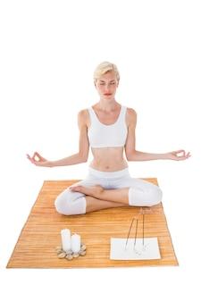 竹のマットに瞑想する女性に合う