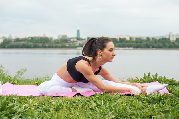 女性の足を伸ばし、裏通りのトレーニング、フィットネス、スポーツに合う