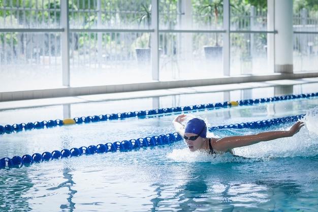 Подходит женщина купается в бассейне